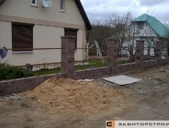 Устройство забора из блоков Бессер-Бел в поселке Колодищи